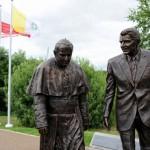 Pomnik spaceruj¹cego Jana Paw³a II i Ronalda Reagana w Gdañsku